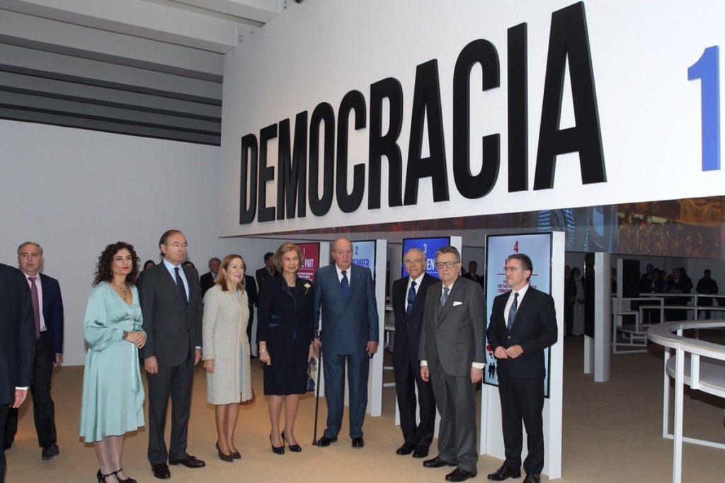 Los Reyes Juan Carlos y Sofía repasan 40 años de democracia en una exposición en CaixaFórum