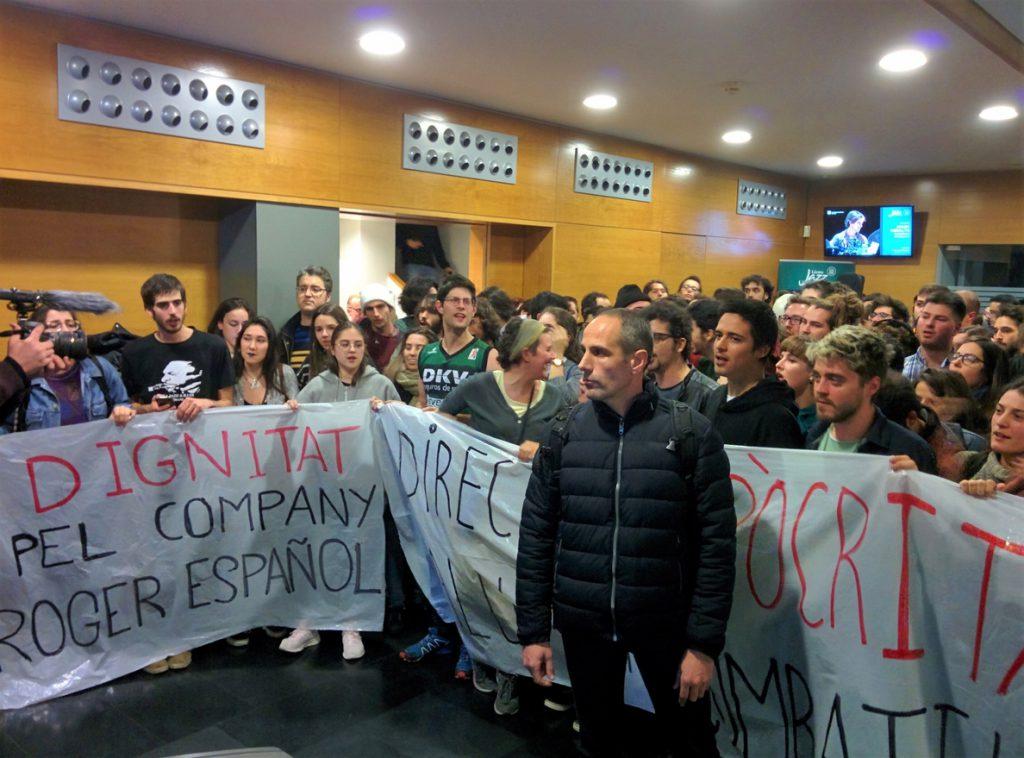 Los estudiantes del Liceu de Barcelona despiden el acto de Cs con el 'Himno de Riego' y la 'Marcha Imperial'