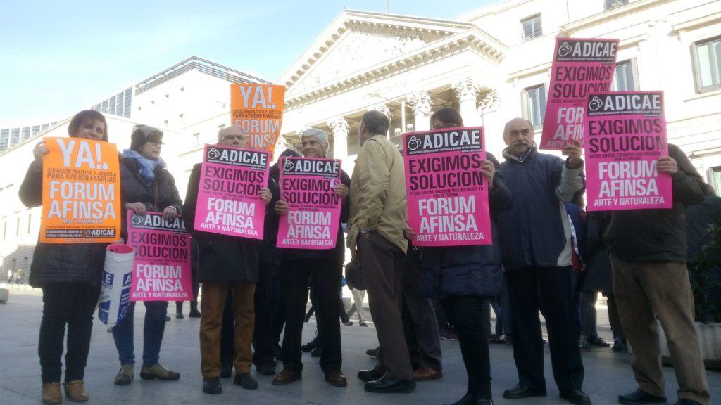 Afectados por Afinsa y Fórum Filatélico abuchean a Pedro Sánchez frente al Congreso
