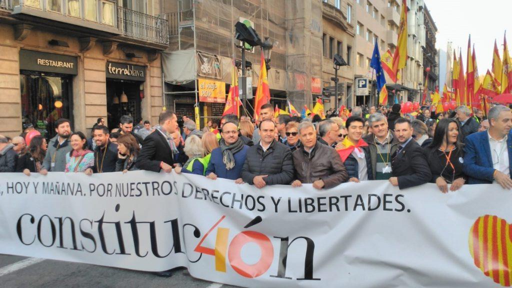 Centenares de personas se manifiestan a favor de la Constitución en Barcelona