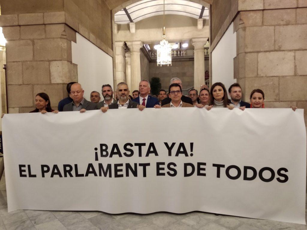 Diputados de Cs protestan en el Parlament contra el acto en apoyo a Forcadell