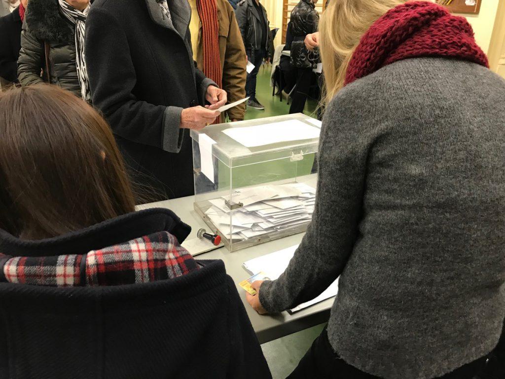 El Congreso busca fórmulas para que no haya fraudes electorales en el exterior si se suprime el voto rogado