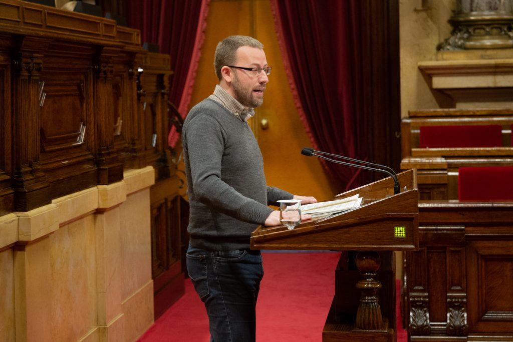 El Parlament catalán declara «antidemocrática y antisocial» la Constitución