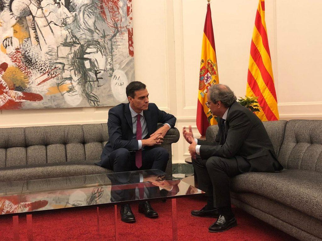 La Generalitat coloca dos plantas amarillas en la foto oficial y Moncloa contrarresta con una roja delante