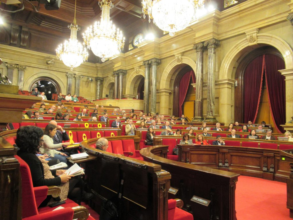 El Parlament rechaza la vía unilateral y pide a los independentistas abandonarla