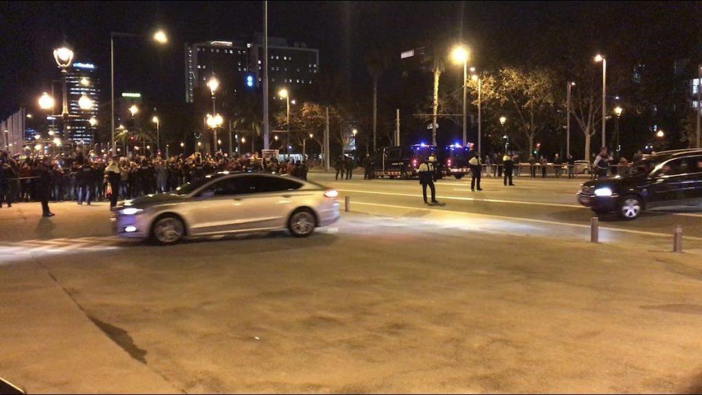 Unas 50 personas reciben al Gobierno con gritos de 'fuera las fuerzas de ocupación' antes de su reunión con el Govern