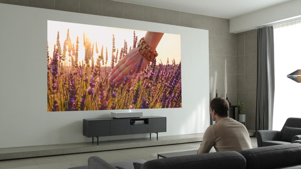 LG anuncia su nuevo proyector Smart laser 4K que puede colocarse a 5 centímetros de la pared