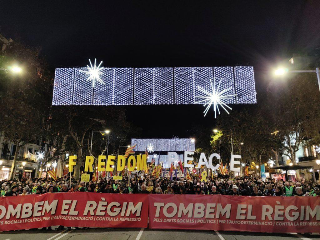 Miles de personas en el arranque de la manifestación 'Tumbemos el régimen' contra el Consejo de Ministros