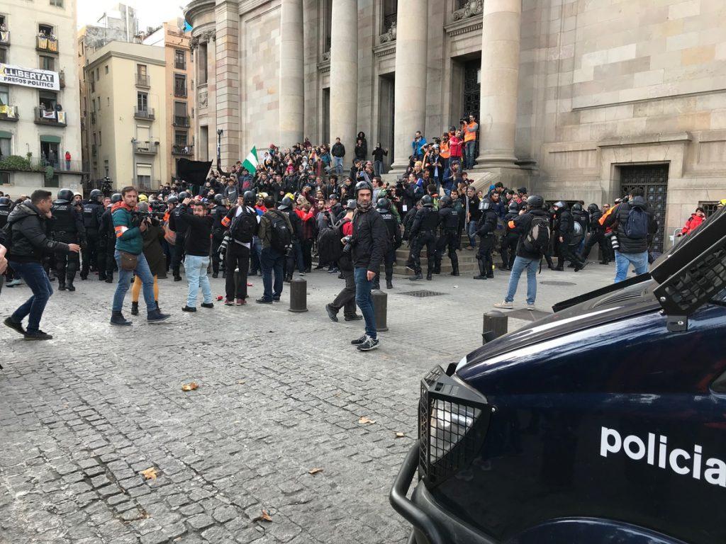 Tensión al final de Via Laietana frente a Correos entre manifestantes y Mossos