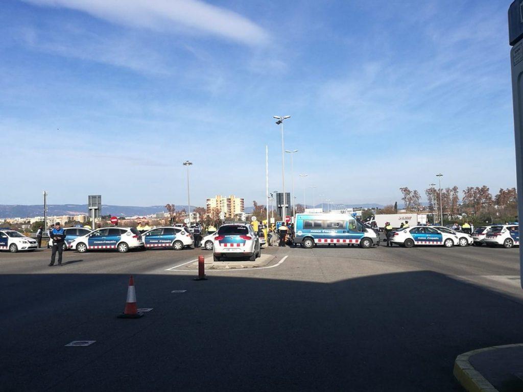 Un centenar de personas cortan el acceso principal para camiones al Puerto de Tarragona