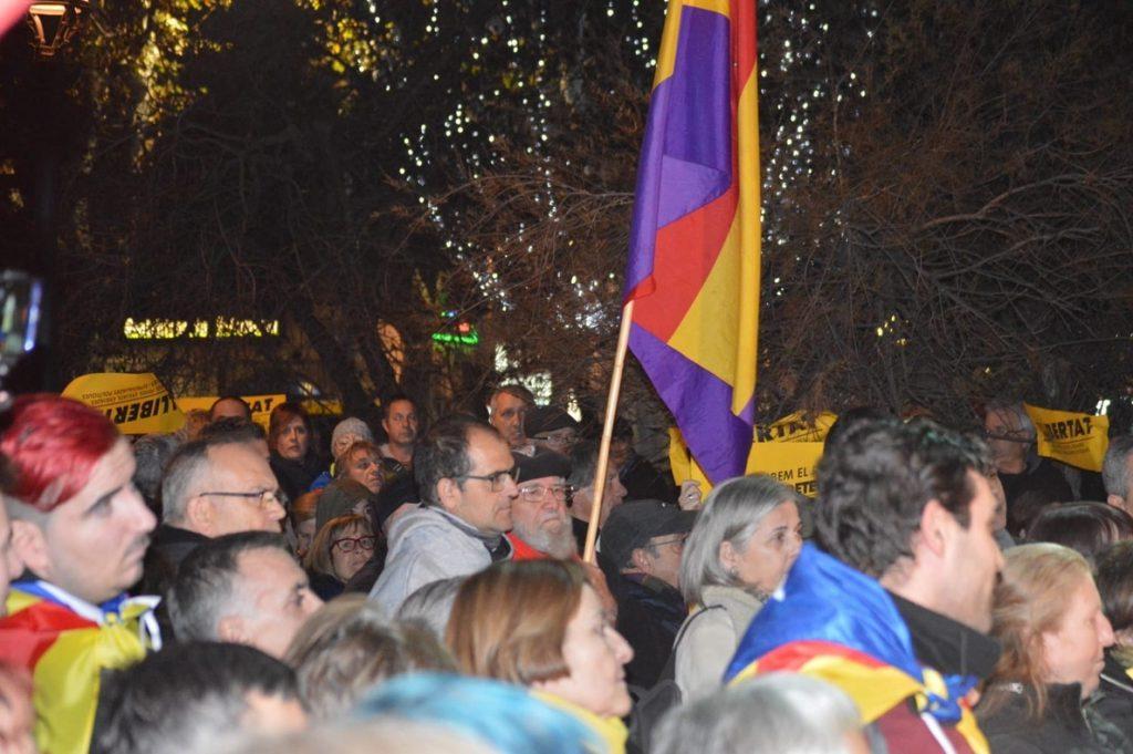 Unos 800 independentistas protestan ante la Subdelegación del Gobierno en Lleida