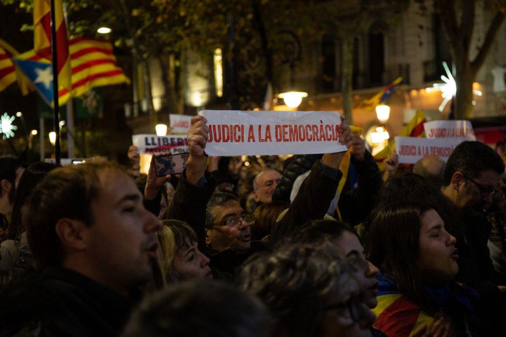 Unas 40.000 personas se manifiestan en Barcelona: «Tumbemos al régimen. República catalana»