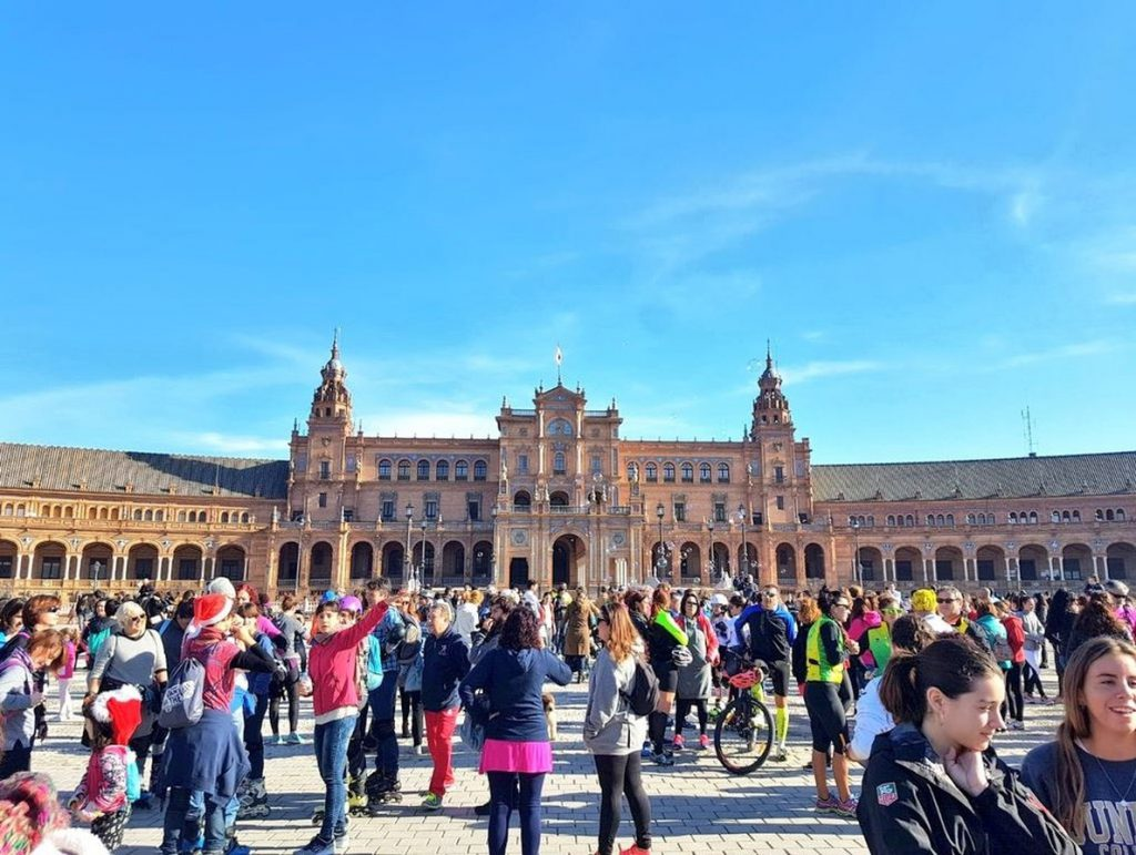 Medio millar de sevillanos participan en la marcha en la Plaza de España en homenaje a Laura Luelmo
