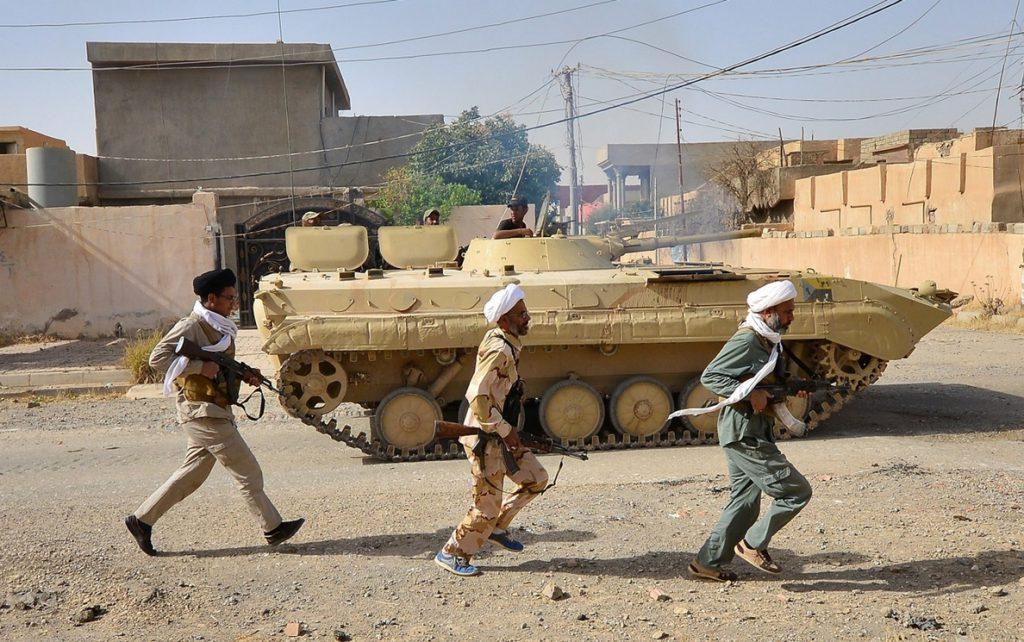 Dos milicianos del Estado Islámico en una operación militar al norte de Bagdad