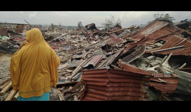 Continúa entre fuertes lluvias la búsqueda de víctimas del tsunami en Indonesia