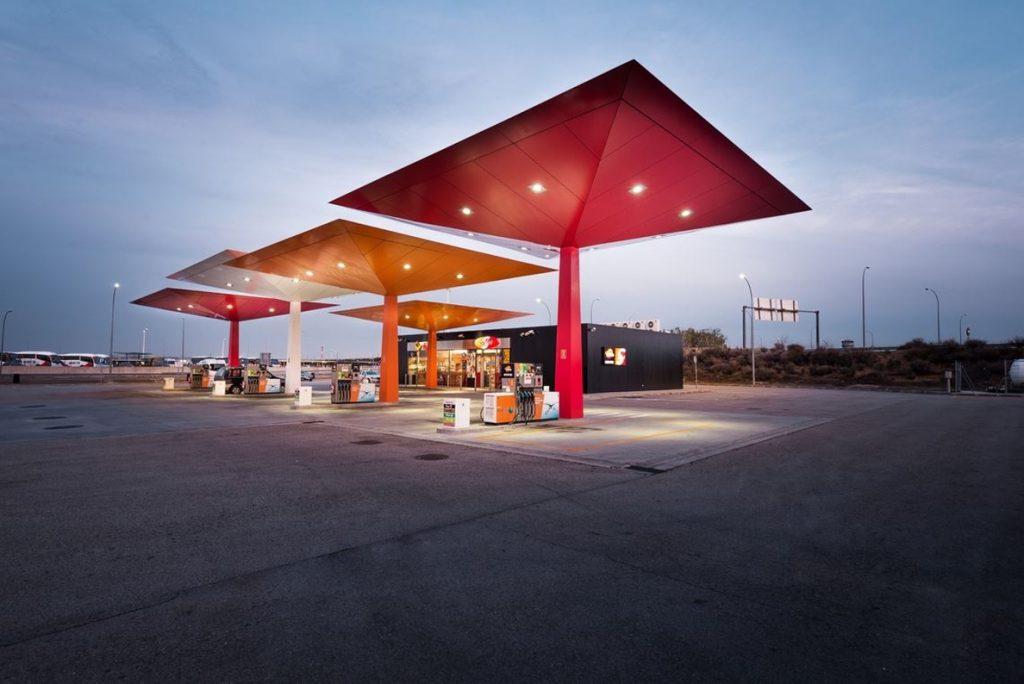 Repsol no podrá ampliar su red de gasolineras en 28 territorios el próximo año, al superar el 30% de cuota