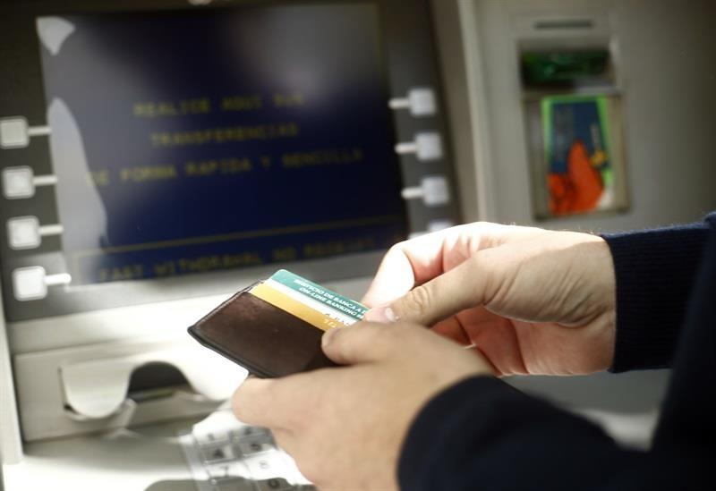 La CNMC dice que quitar la doble comisión en cajeros ha fidelizado clientes y aumentado el efectivo retirado