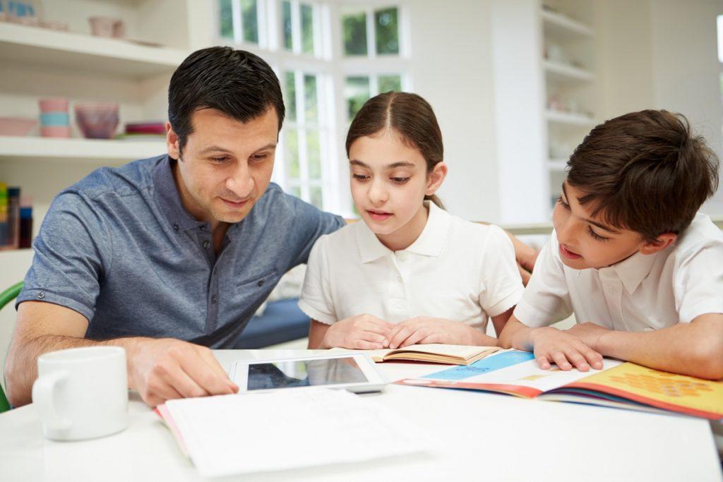 El límite a los deberes en la Comunitat Valenciana divide a las organizaciones de asociaciones de padres y madres