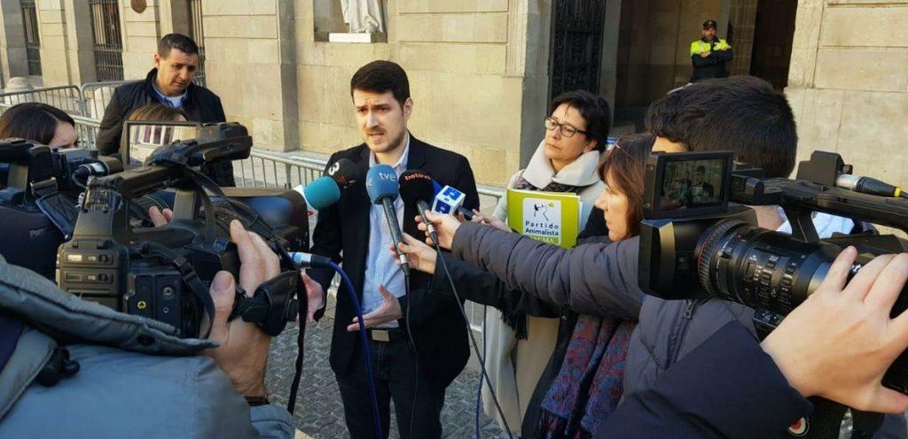 Pacma entrega al Ayuntamiento de Barcelona 230.000 firmas pidiendo justicia para la perra Sota