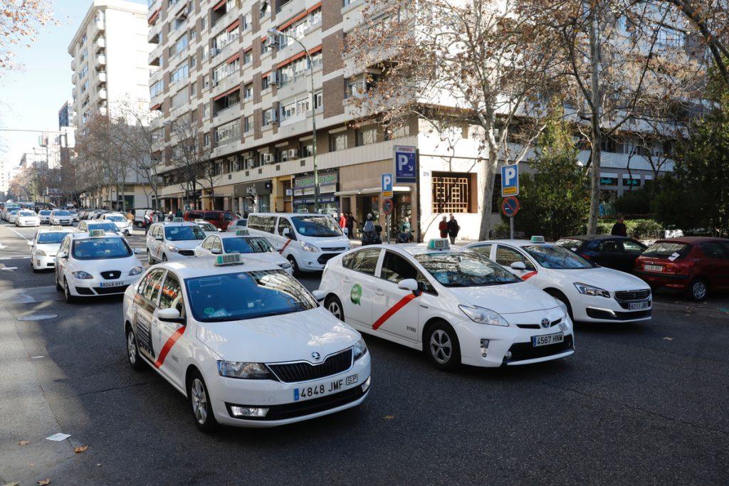 Los taxistas de Madrid votan en referéndum ir a la huelga indefinida en vísperas de Fitur