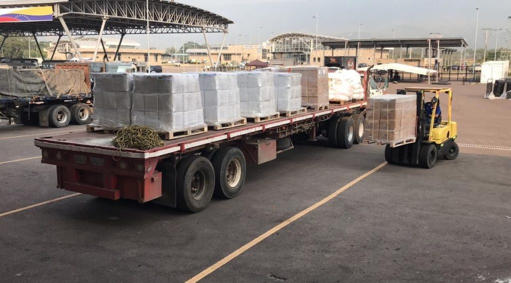 Descargan los camiones tras el intento frustrado de llevar la ayuda humanitaria de Colombia a Venezuela