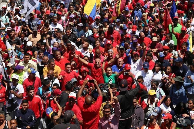 Miles de 'chavistas' celebran en Caracas la «victoria» ante la «guerra eléctrica»