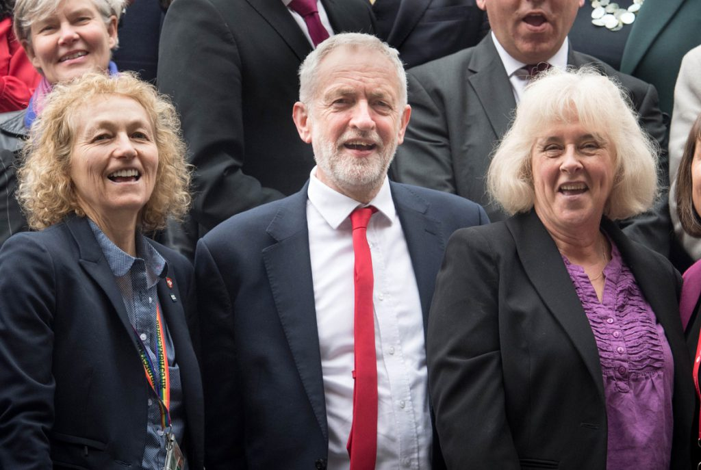 Corbyn reprocha a May que no quiera ceder nada en la negociación para un Brexit pactado