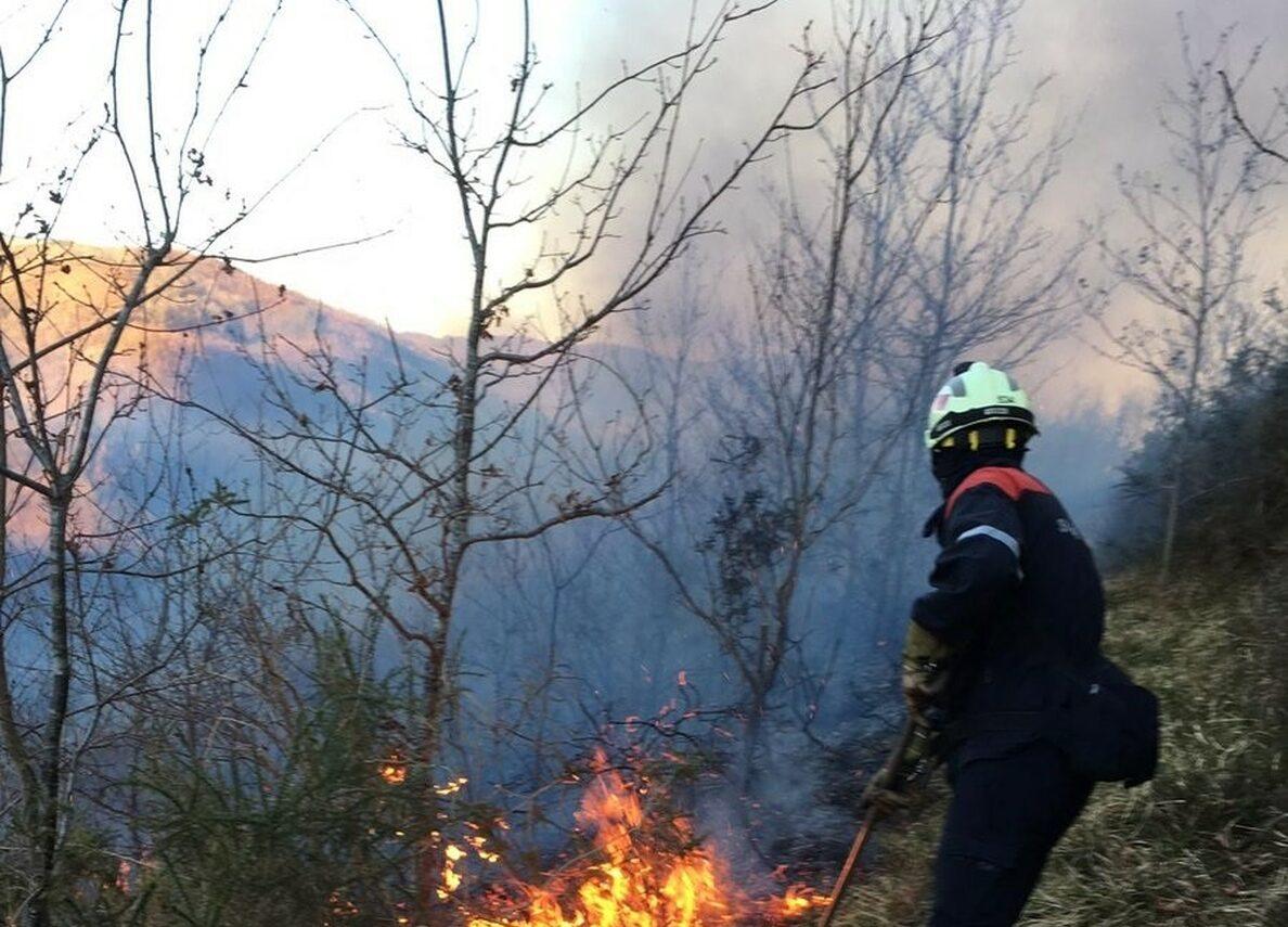 Muere un bombero en el incendio de Sierra Bermeja, que ya ha arrasado 3600 hectáreas