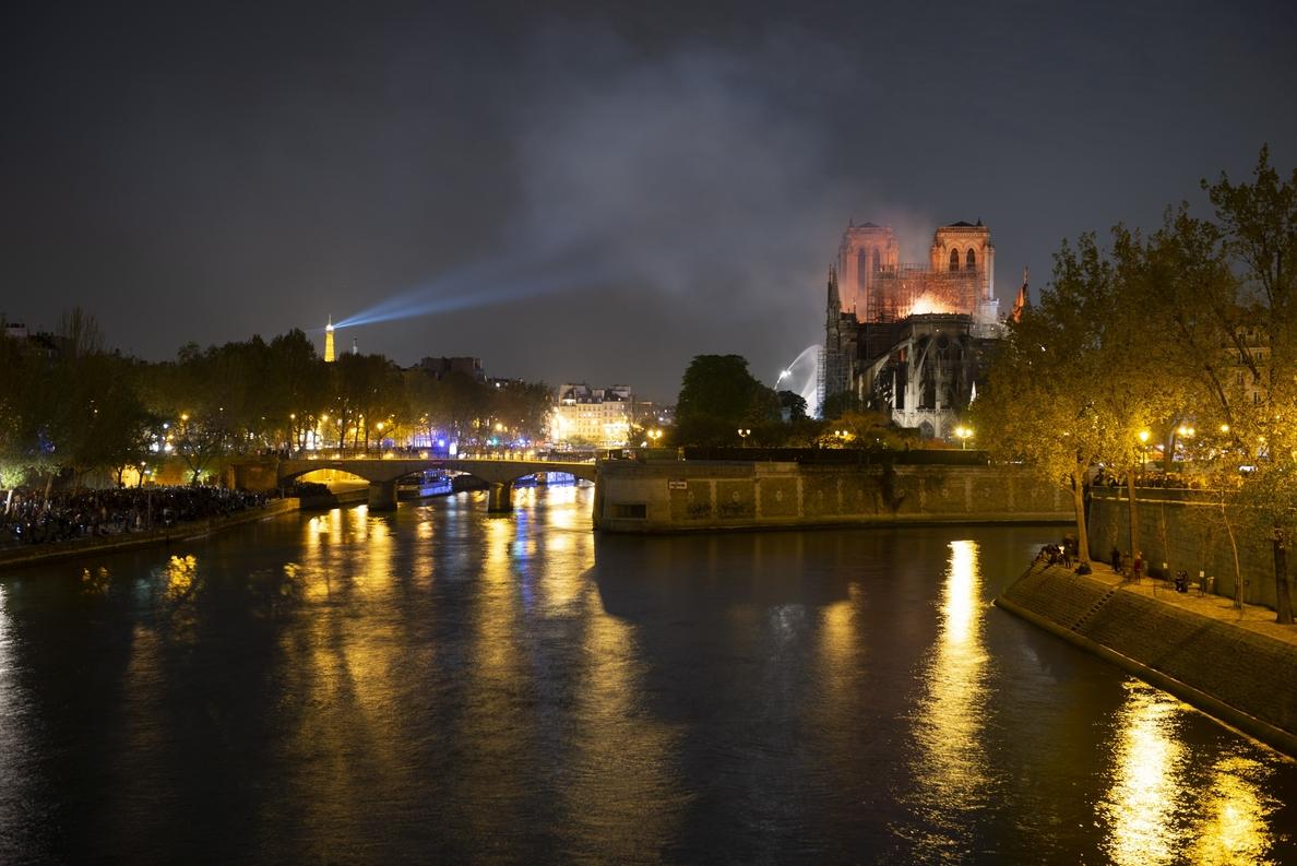 Los bomberos dan por extinguido el incendio en la catedral de Notre Dame de París
