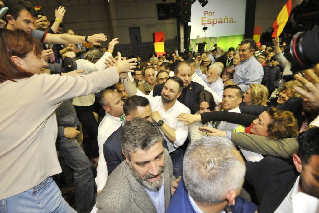 Abascal acusa al PP de «arrodillarse» ante la izquierda y a Sánchez «de peligroso por pactar con los enemigos de España»