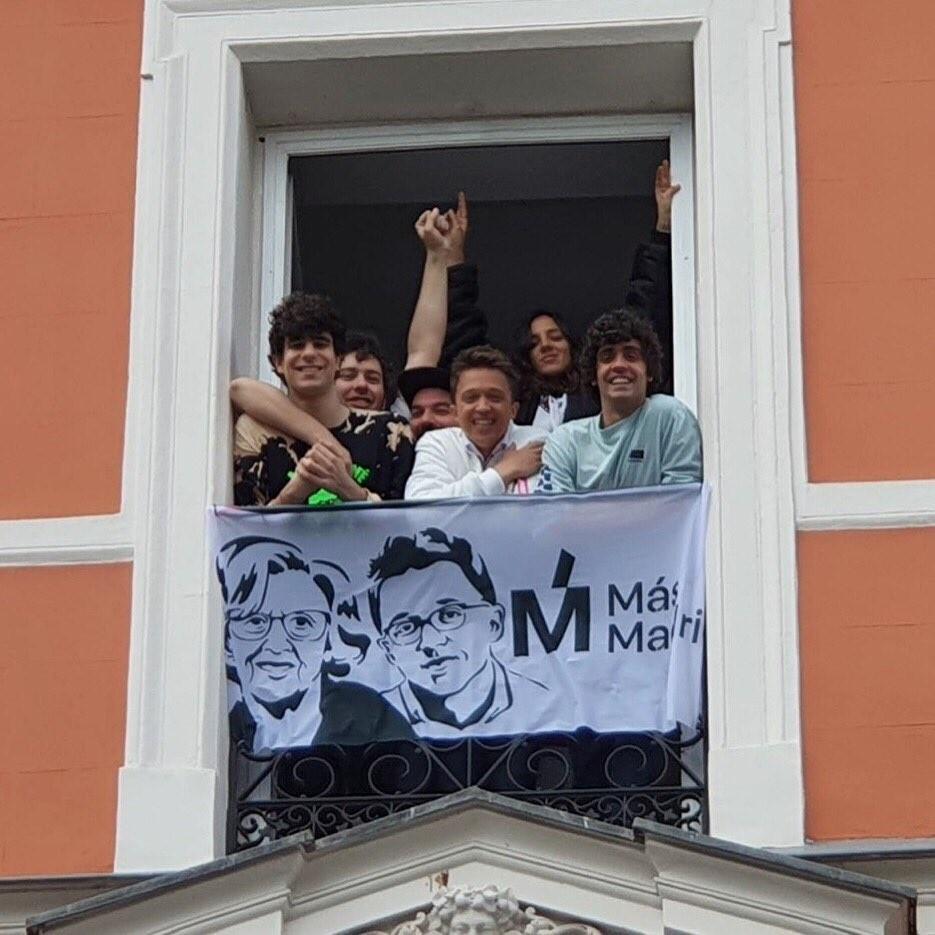 Los Javis colocan una pancarta de Más Madrid en su balcón y Jorge Javier Vázquez ofrece el suyo a la plataforma