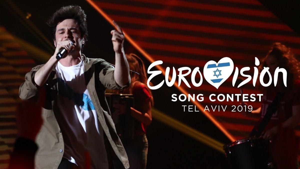 Miki pisa por primera vez el escenario de Eurovisión con un edificio, una marioneta y una canción, »La venda»