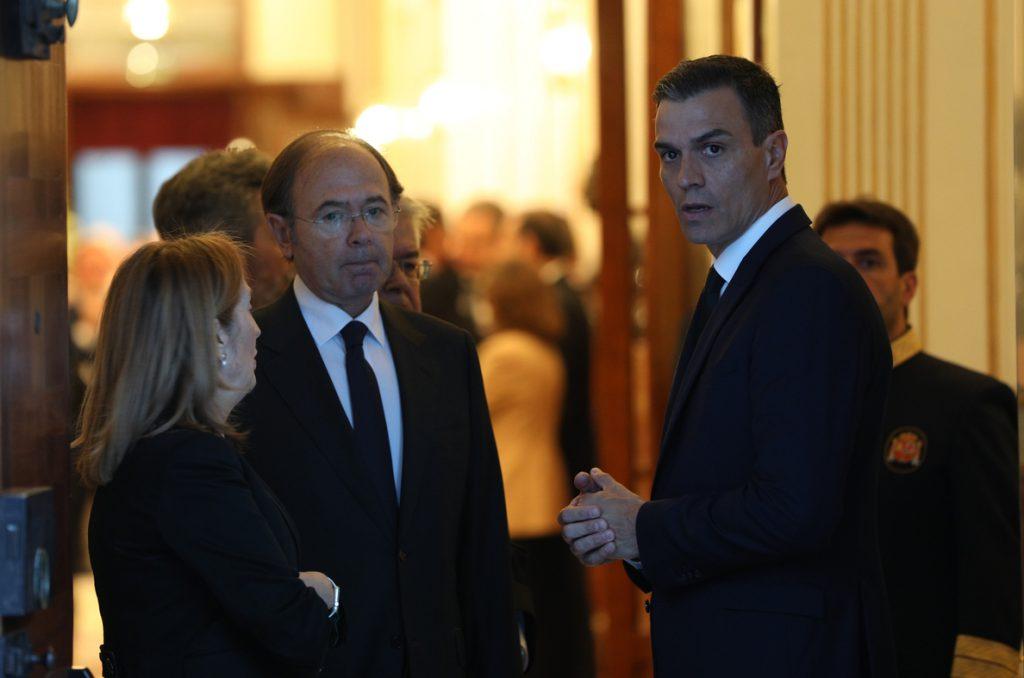 Pedro Sánchez y la cúpula del PSOE abandonan la capilla ardiente