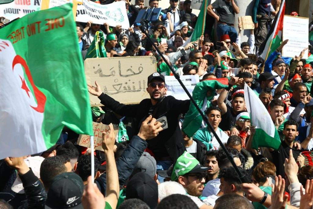 Decenas de miles de personas protestas en Argelia para reclamar un aplazamiento de las presidenciales