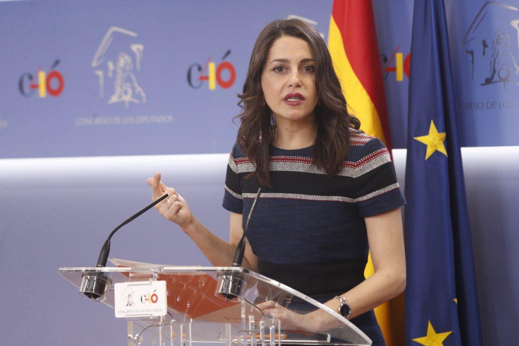 Arrimadas cree que Valls se equivoca al apoyar a Colau pero asegura que trabajarán juntos los próximos cuatro años