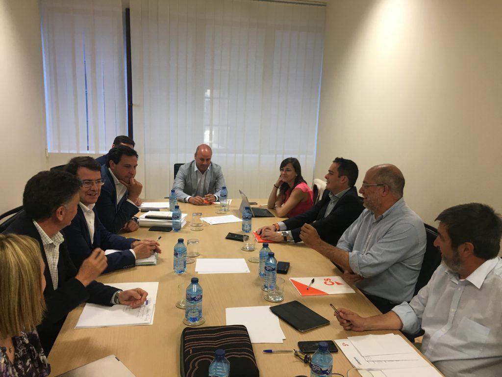 PP y Cs pactan programa de 100 puntos, composición de la Mesa de las Cortes de CyL y hablarán de cargos próxima semana