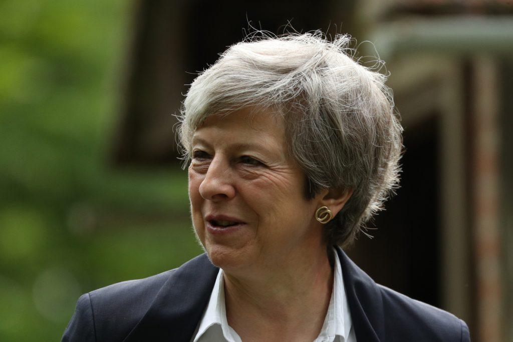 Teresa May formaliza su dimisión con buenos deseos para Johnson