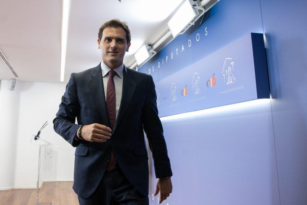 Rivera deja la política tras dimitir como líder de Cs