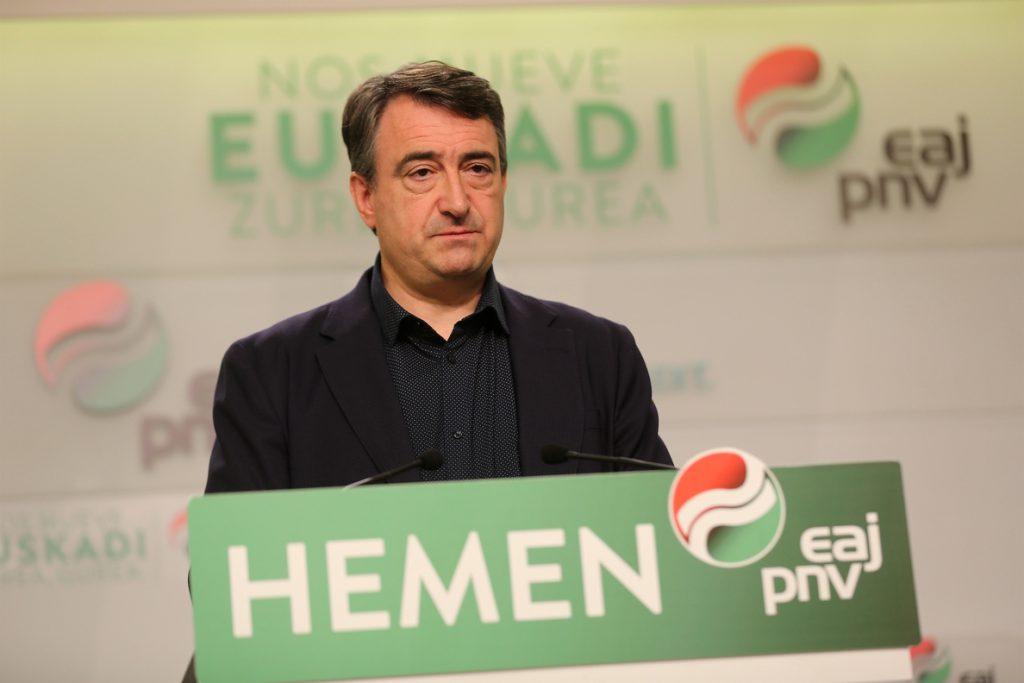 Esteban dice que las conversaciones del PNV con PSOE «van bien» y cree que Sánchez debe «intentar pronto» la investidura