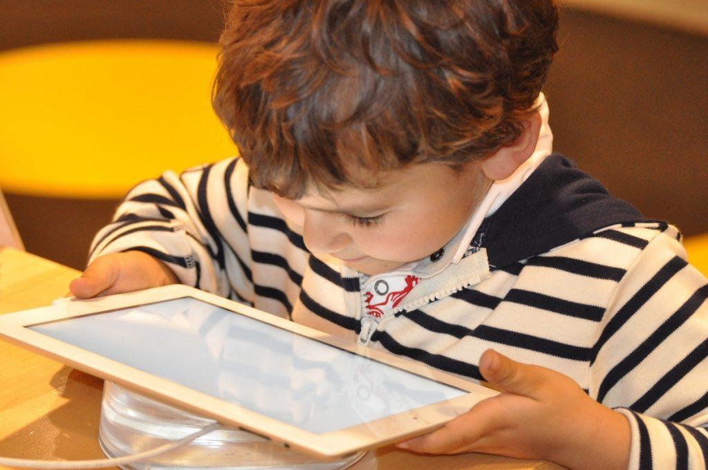 UNICEF España dota de más de 2.100 tablets y portátiles a centros de protección de menores para que continuen con sus estudios