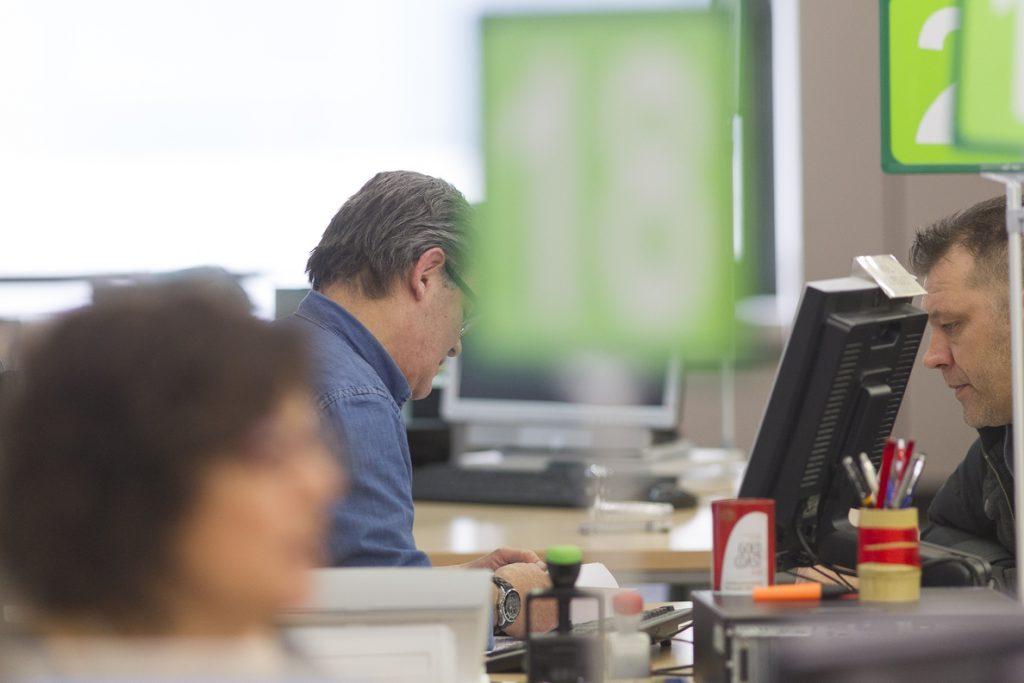 La contratación de mayores de 45 años cae un 56%