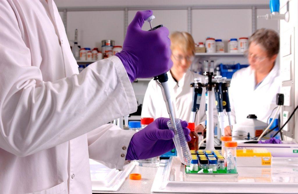 Los científicos apuntan el potencial de los colutorios para reducir la transmisión del SARS-CoV-2