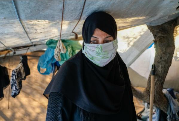 Hanan Khider, refugiada Vathy: «Estoy embarazada de tres meses y soy asmática. Estamos durmiendo en el suelo, todo el piso está roto, lleno de cucarachas y suciedad»