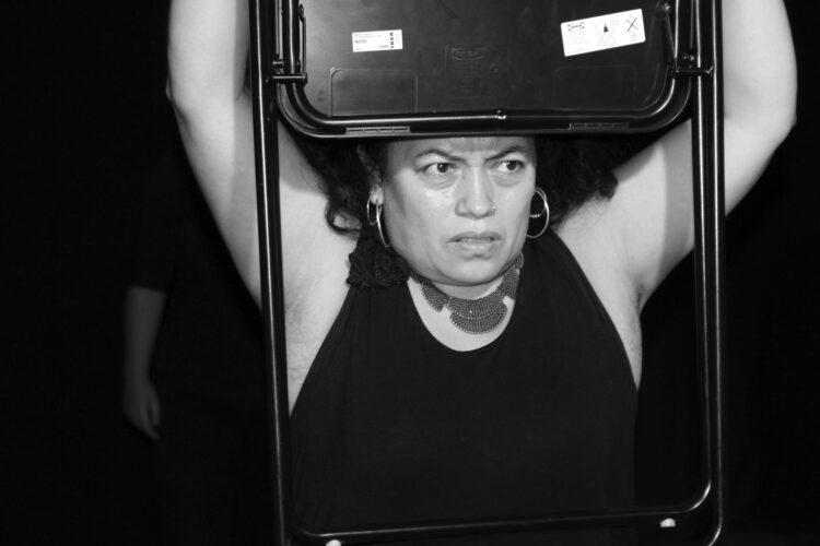 «Las latinas son…», mujeres migrantes suben a escena a contar sus experiencias de racismo