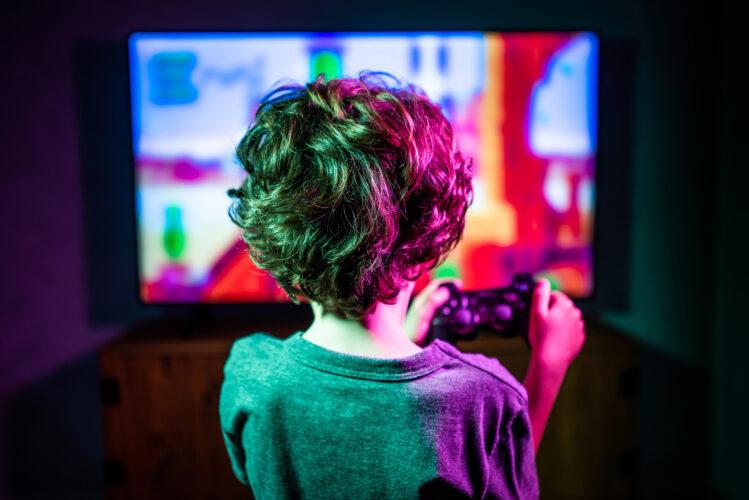 Los pediatras alertan: los jóvenes ya pasan al día más de cinco horas frente a pantallas